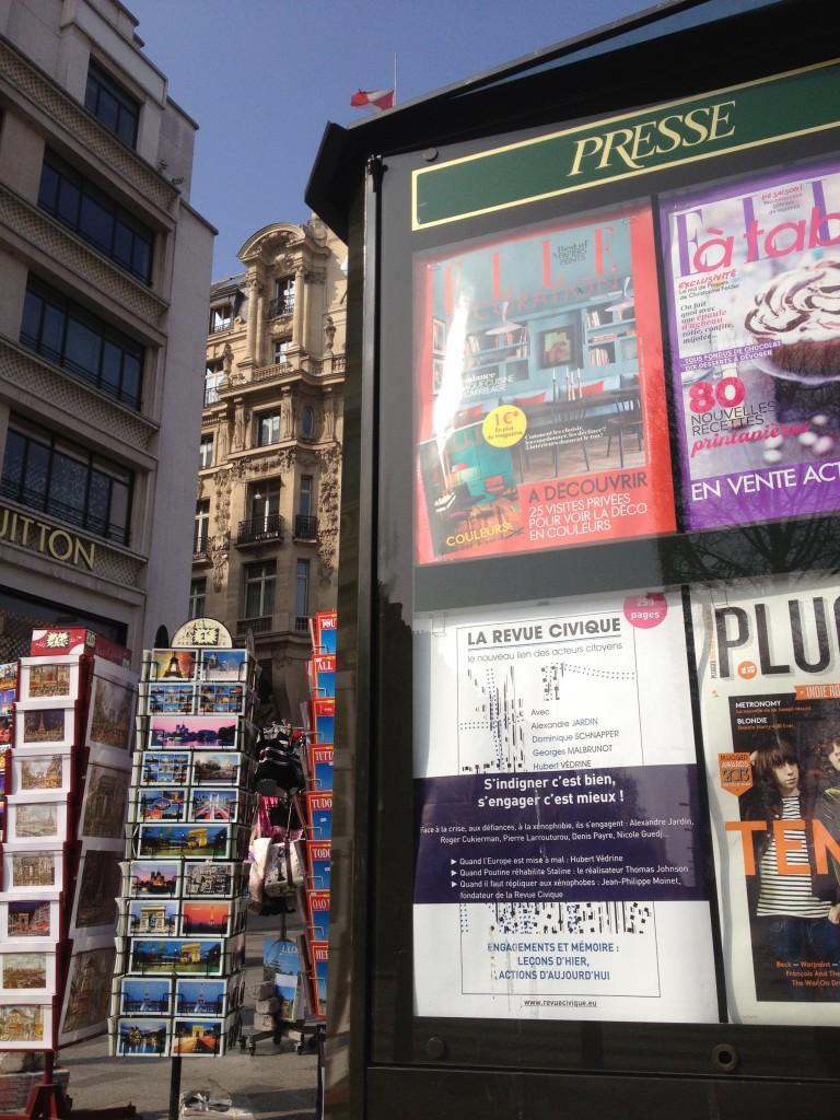 Affiche Revue Civique sur le kiosque des Champs-Élysées