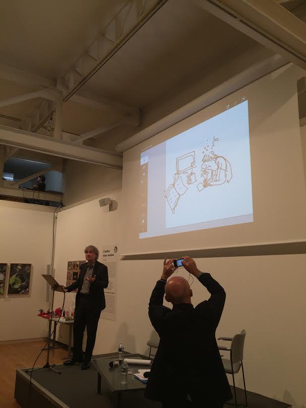 Lors de la conférence de Plantu, son interviewer, Olivier Poivre d'Arvor, ne résiste pas au plaisir de photographier le dessin auto-portrait, que le dessinateur venait d'improviser.