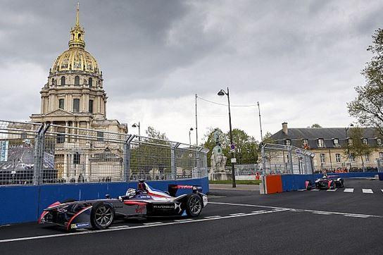 Ici le pilote Jean-Eric Vergne, classe 2ème de la course de Formule E organisée aux Invalides à Paris, en avril 2016. Plus de 60 ans après, la capitale française accueille une course automobile qui fera date.