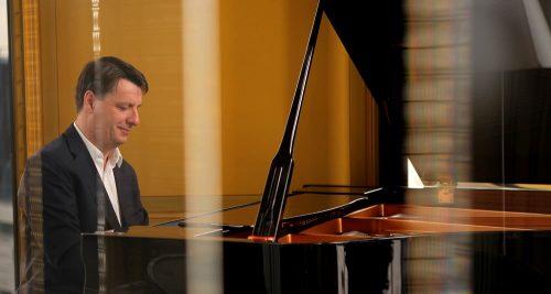 Denis Gancel, au piano, qui fait rimer entreprise et musique