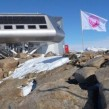 Le drapeau de la Ligue de l'Optimisme flottant sur l'Antarctique
